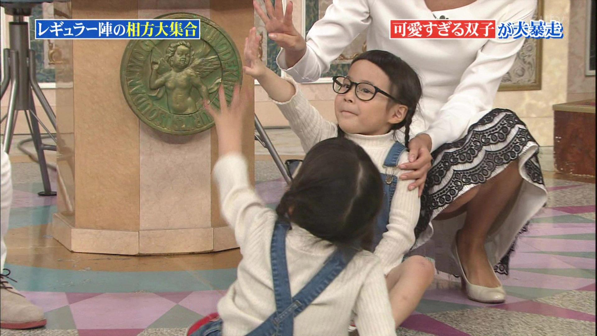 徳島えりかアナのしゃがんだスカートの中が見えるハプニング!!【GIF動画あり】