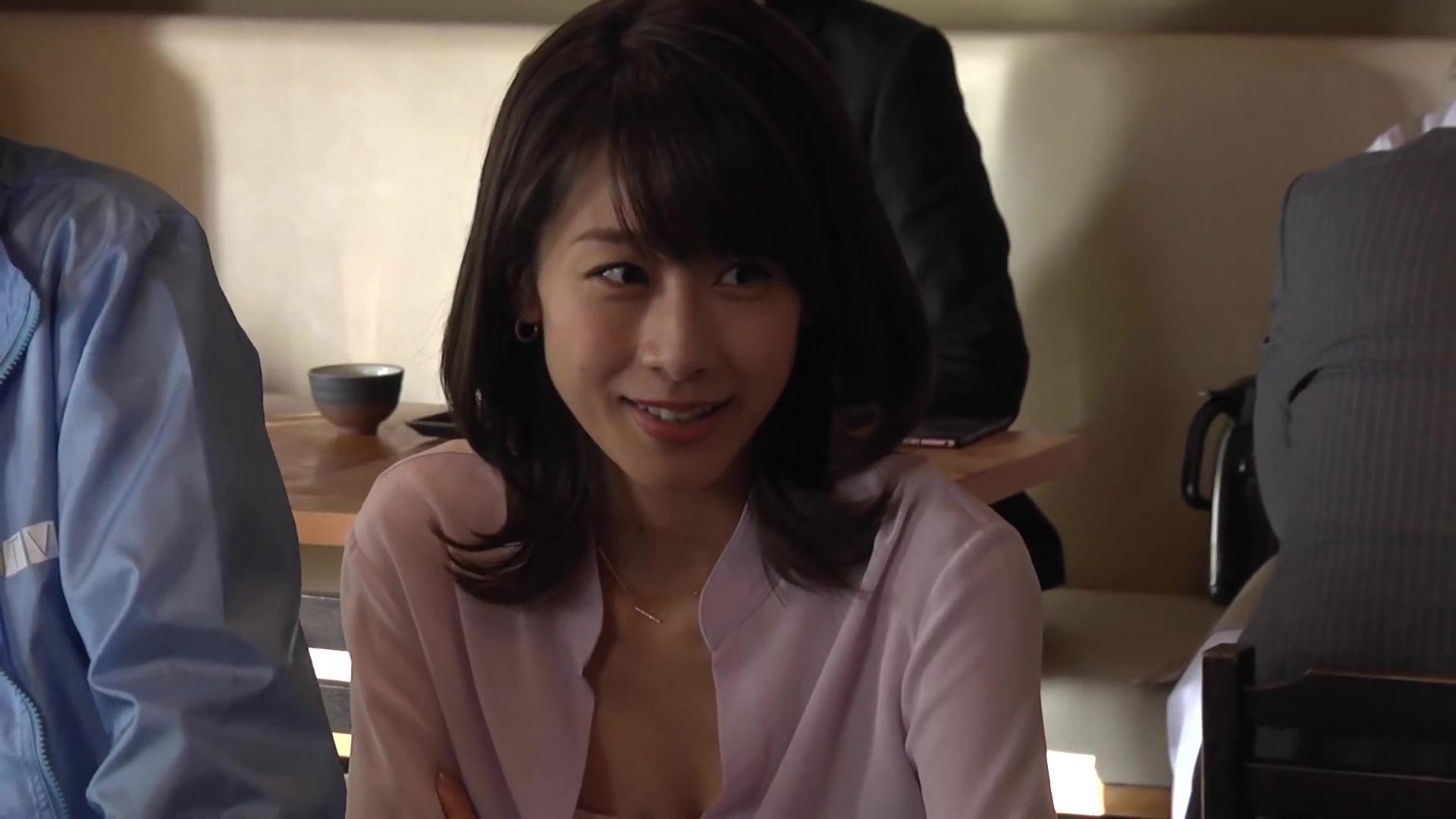 加藤綾子アナ CM撮影で谷間チラ!!